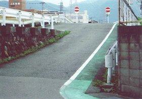 相川の土手沿いから下る坂
