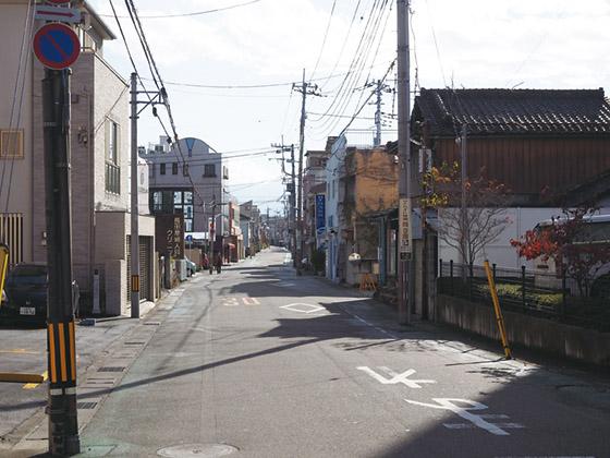 甲府商工会議所の東側の通りが佐渡町となる。佐渡町通りと命名してはどうだろうか?